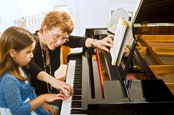 la relacio entre avis i néts