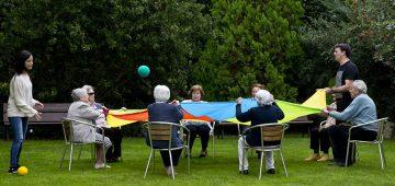 Residentes realizando actividad en el jardín