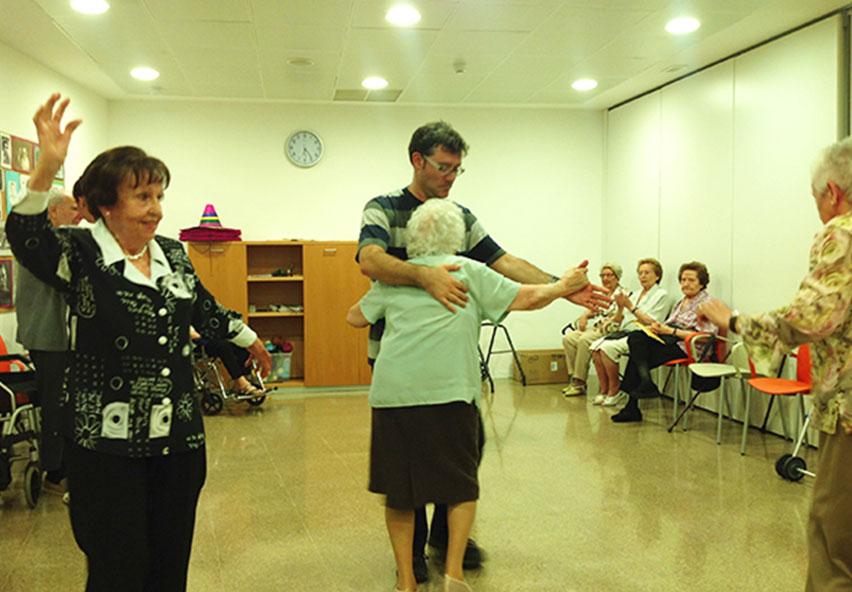 Gente mayor bailando