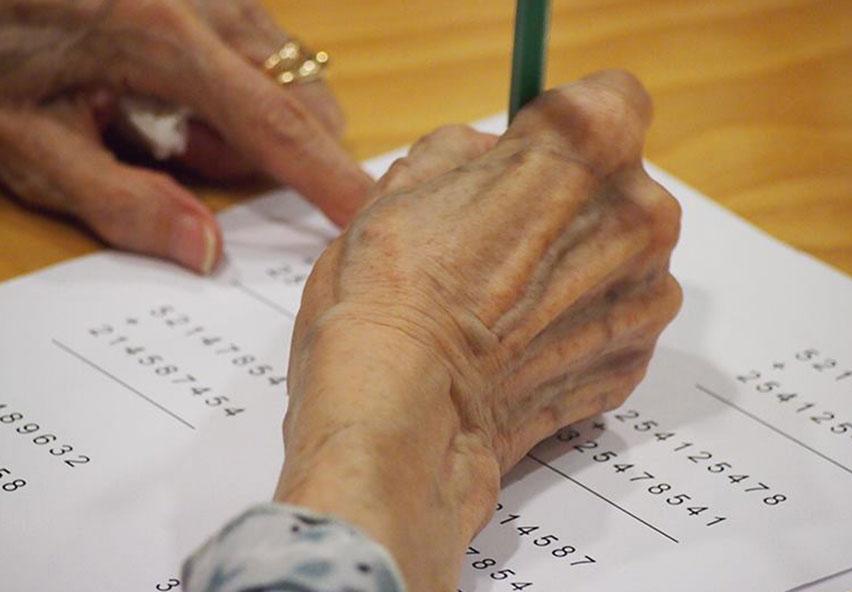 Persona mayor escribiendo