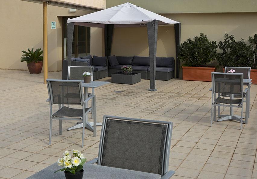 Taula i cadires a la terrasa