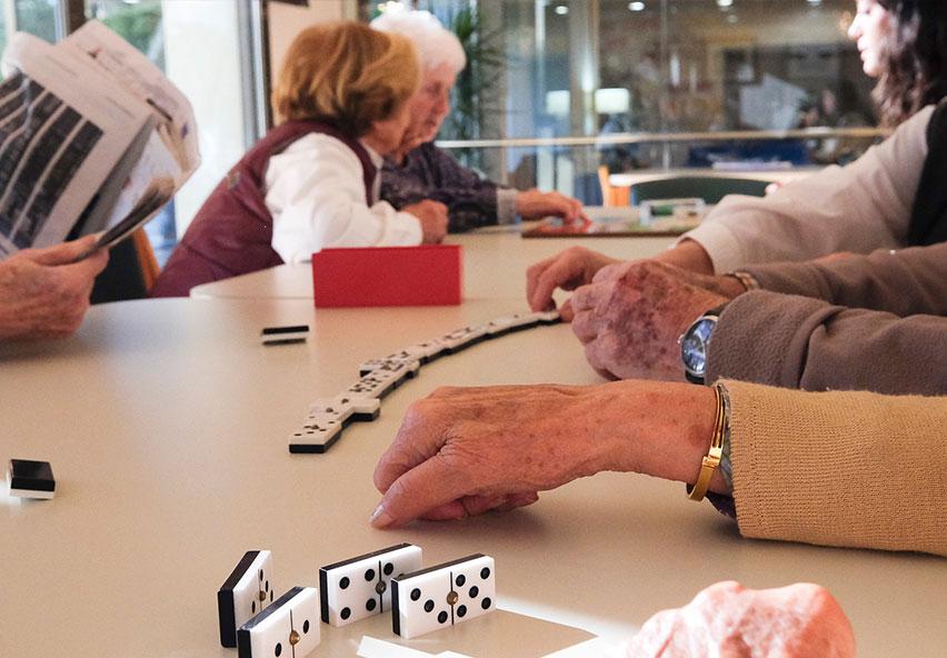 Gent gran amb ljocs de taula