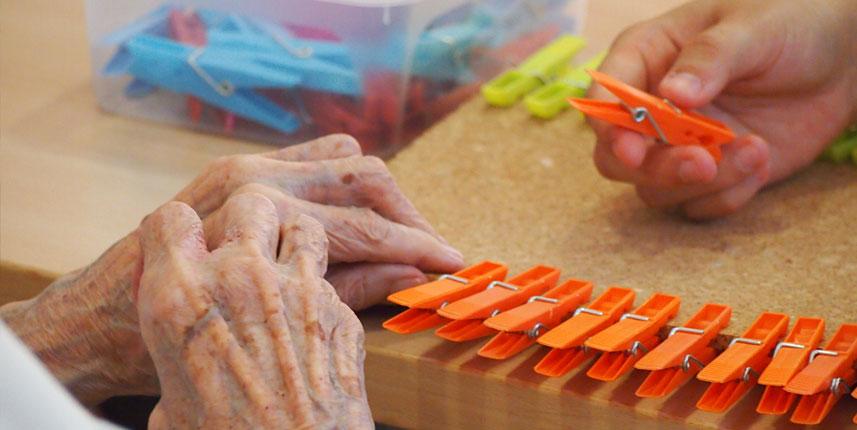 Persona mayor con pinzas