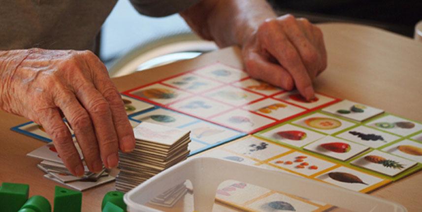 Persona mayor con juego de mesa