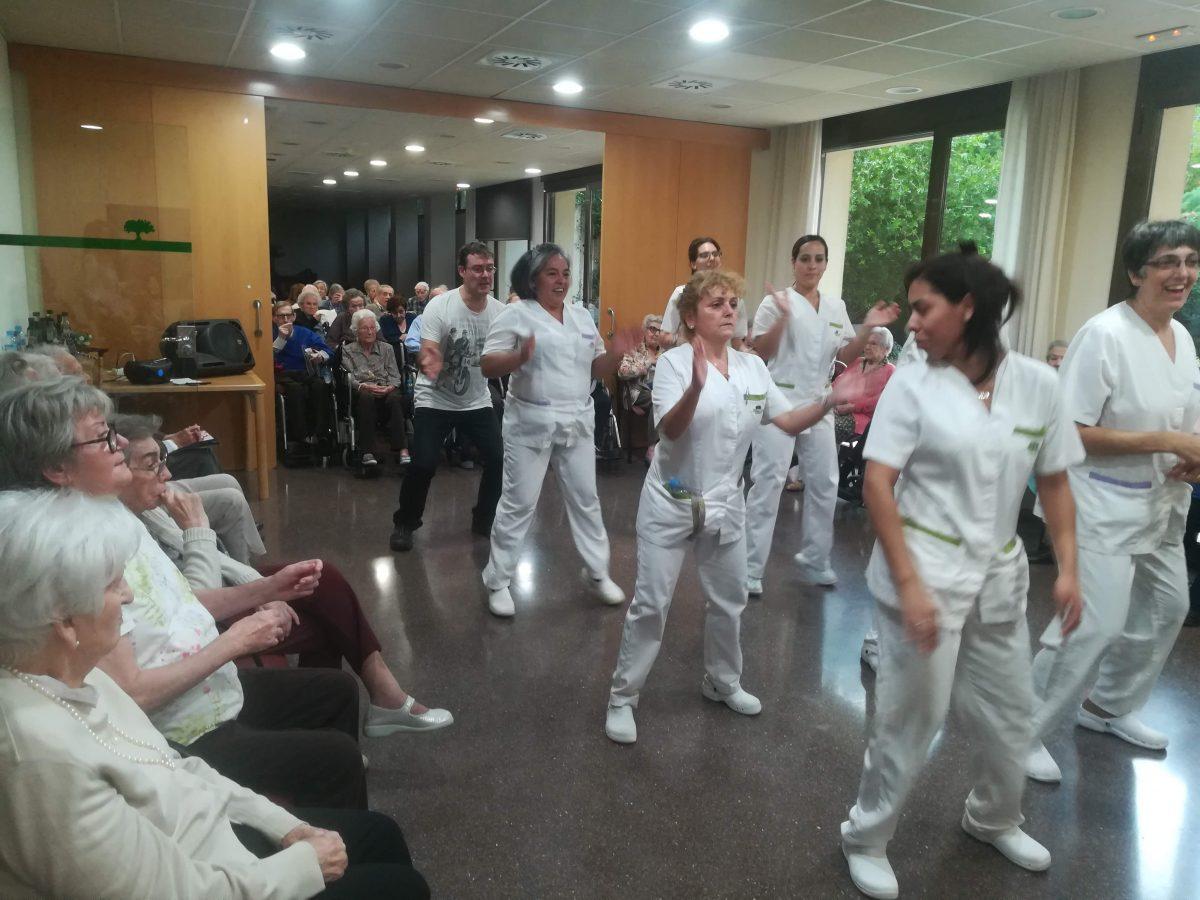 beneficis físics i cognitius del ball per a la gent gran